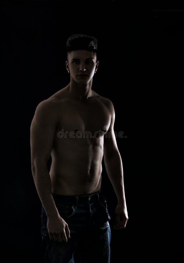 Ung höftman i jeans, shirtless som isoleras på royaltyfri foto