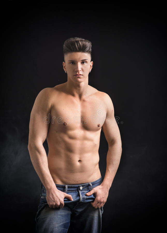 Ung höftman i jeans, shirtless som isoleras på arkivbild