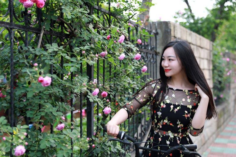 Ung h?rlig, elegantly kl?dd kvinna med cykeln Sunt och att cykla royaltyfri bild