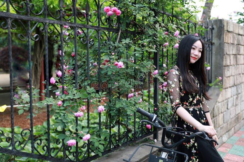 Ung h?rlig, elegantly kl?dd kvinna med cykeln Sunt och att cykla fotografering för bildbyråer