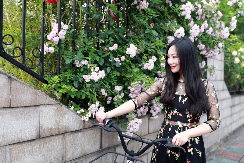 Ung h?rlig, elegantly kl?dd kvinna med cykeln Sunt och att cykla arkivfoto
