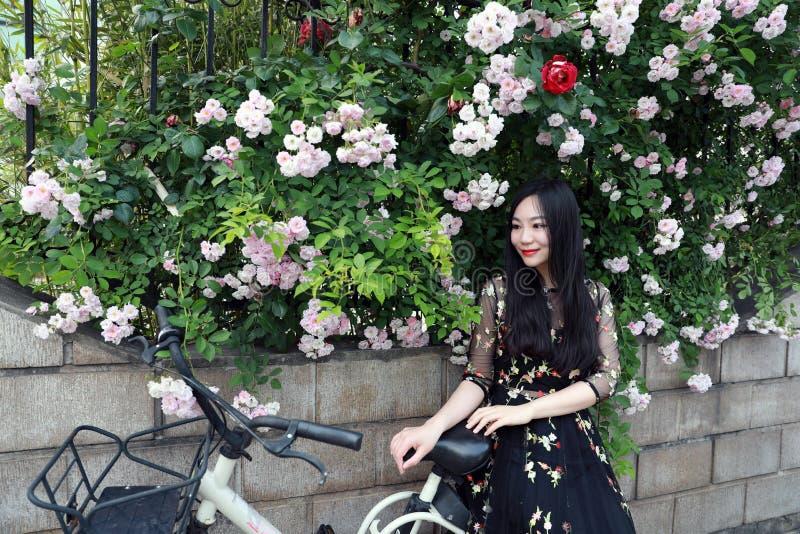 Ung h?rlig, elegantly kl?dd kvinna med cykeln Sunt och att cykla arkivfoton