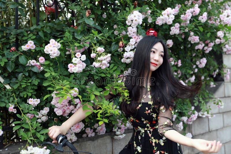 Ung h?rlig, elegantly kl?dd kvinna med cykeln Sunt och att cykla arkivbilder