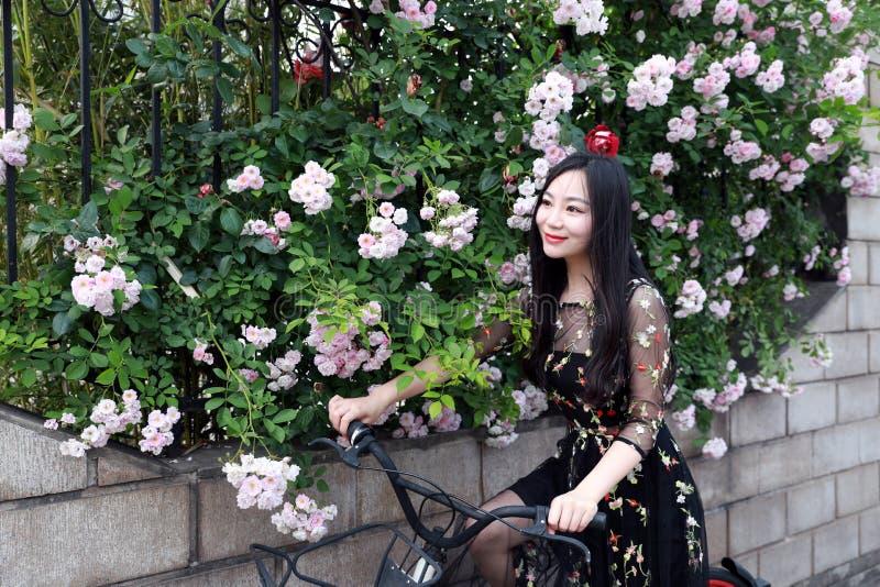 Ung h?rlig, elegantly kl?dd kvinna med cykeln Sunt och att cykla arkivbild