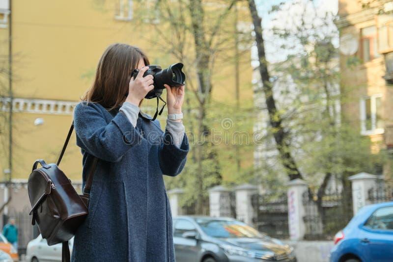 Ung h?rlig flicka med staden f?r kamera p? v?ren, flickaturist som tar fotografier p? stadsgatan arkivbild