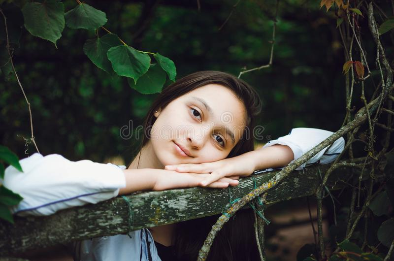 Ung h?rlig flicka p? bakgrunden av naturen royaltyfri fotografi
