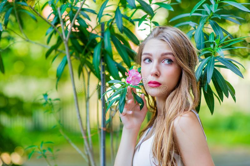 Ung h?rlig flicka som poserar den utomhus- b?rande trendiga vita kl?nningen Sommarstil fotografering för bildbyråer