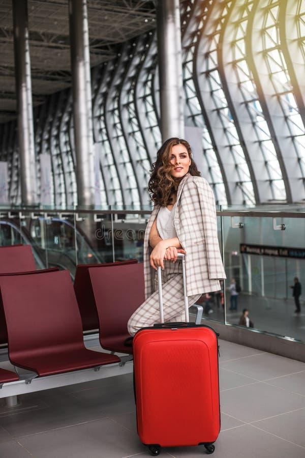 Ung h?rlig kvinna i v?ntande rum f?r flygplats royaltyfri fotografi