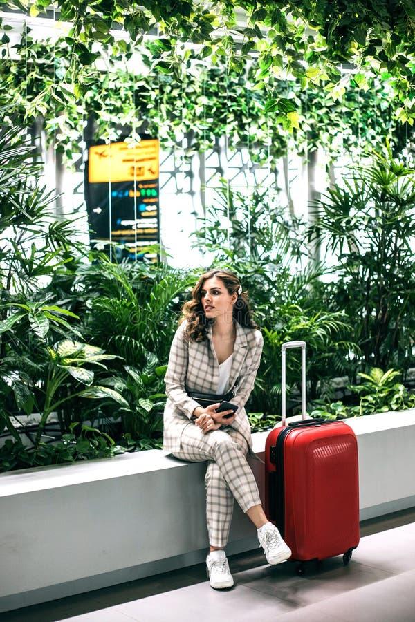 Ung h?rlig kvinna i v?ntande rum f?r flygplats royaltyfria foton