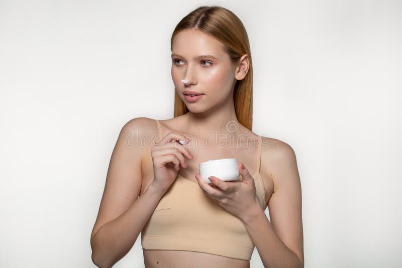 Ung h?rlig kvinna med ren ny hud som bort ser Omsorg f?r flickask?nhetframsida Cosmetology, sk?nhet och brunnsort studio arkivbild
