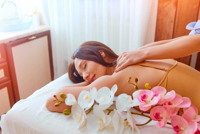 Ung h?rlig kvinna som har massage i brunnsortsalong arkivfoto