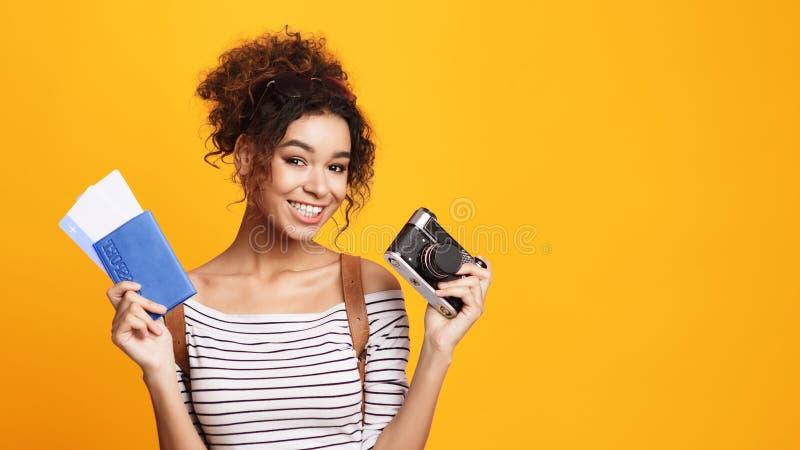 Ung handelsresande med den Retro kameran och biljetter arkivbilder