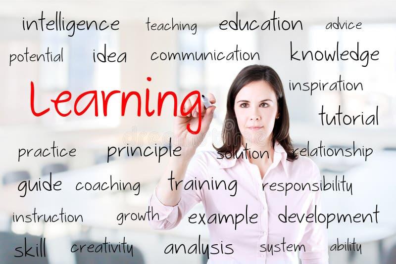 Ung handstil för affärskvinna som lär begrepp Kontorsbakgrund arkivfoto