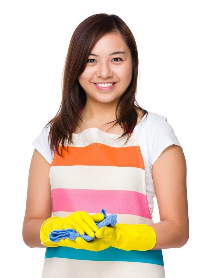 Ung hemmafru med den plast- handsken och trasan fotografering för bildbyråer