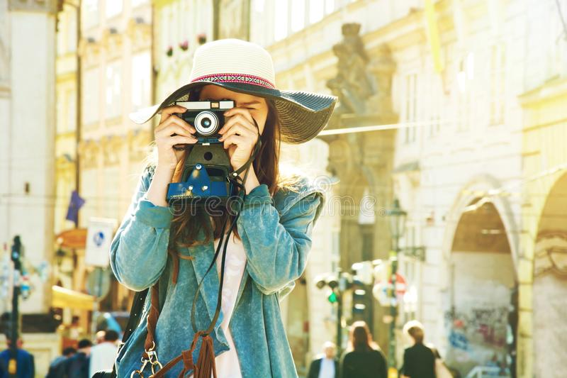 Ung hipsterflicka med den gamla kameran arkivbild