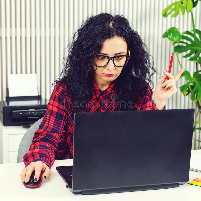 Ung hipsterflickachef som sitter i hennes kontorsworkspace Kvinnaarbete p? datoren modernt kontor Idérik kvinnlig coworker arkivbilder