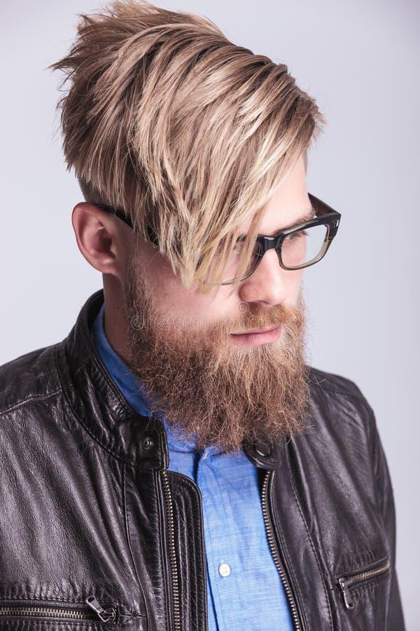 Ung hipsterman som ner ser arkivbilder