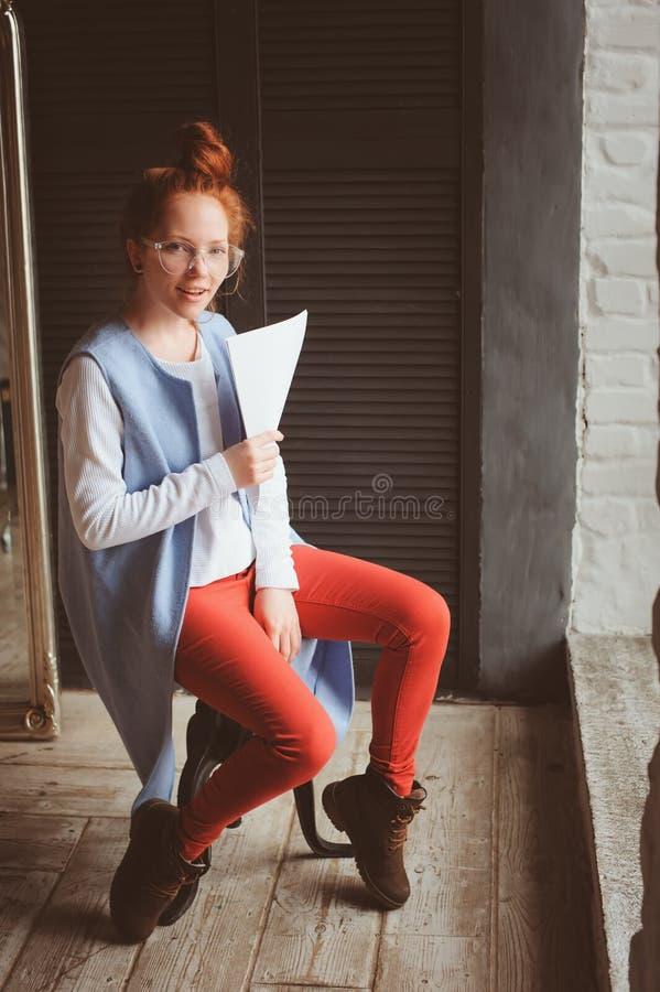 Ung hipsterstudentkvinna eller idérikt frilans- märkes- arbete på projekt Hållande coursework- eller affärsplan arkivfoton