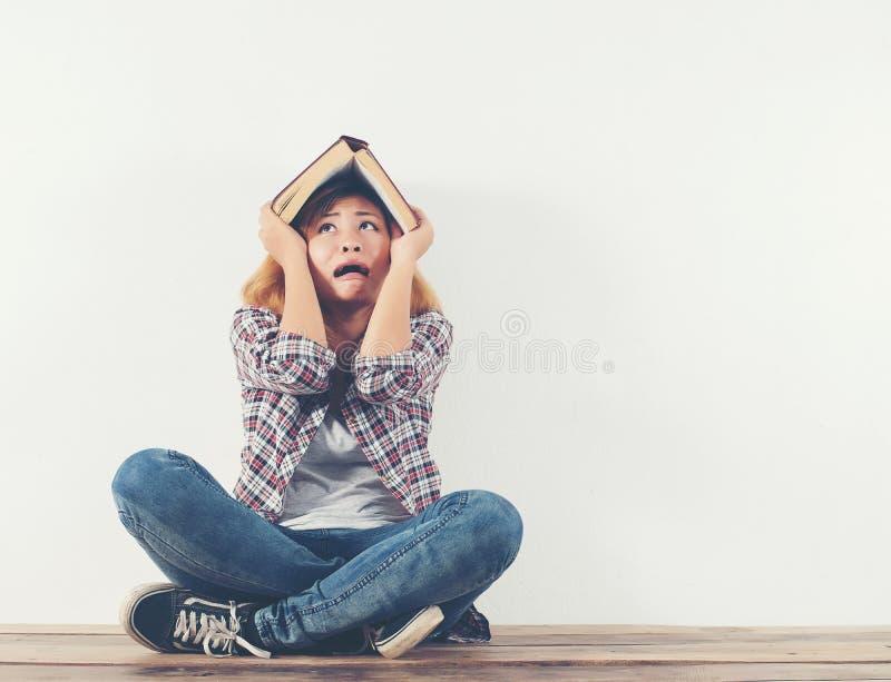Ung hipstertid för läsebok gör som den galna satta boken upp royaltyfri fotografi