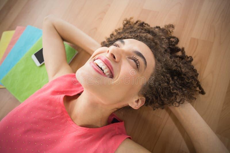 Ung idérik affärskvinna som ligger på jordningen fotografering för bildbyråer