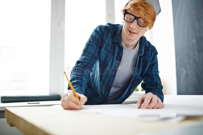 Ung idérik formgivare Drawing arkivfoton