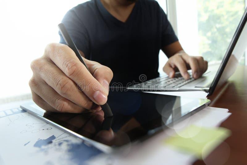 Ung idérik märkes- man som arbetar på kontoret arkivfoton