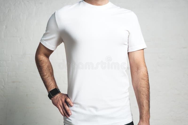 Ung idrotts- grabb som bär den tomma vita t-skjortan, studionärbild, royaltyfria foton