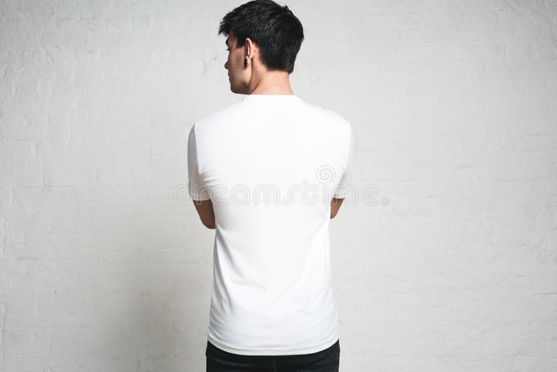 Ung idrotts- man som bär den tomma vita t-skjortan, tillbaka sida, horiz royaltyfri fotografi