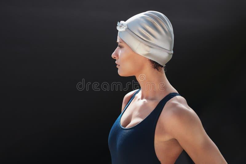 Ung idrottskvinna i baddräkt royaltyfria bilder