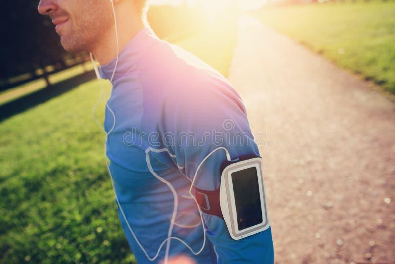 Ung idrottsman nen med armbindeln som ser framåtriktat i parkera arkivbilder
