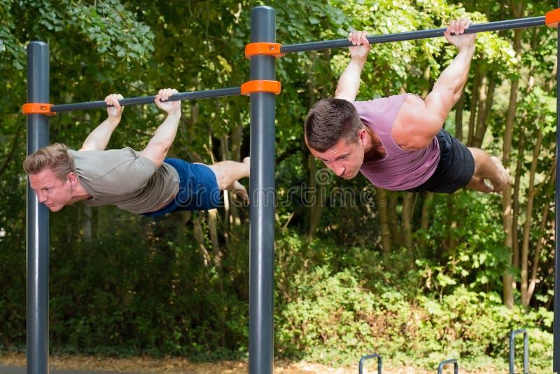 Ung idrottsman nen som har gymnastik att sjunka genomkörare fotografering för bildbyråer