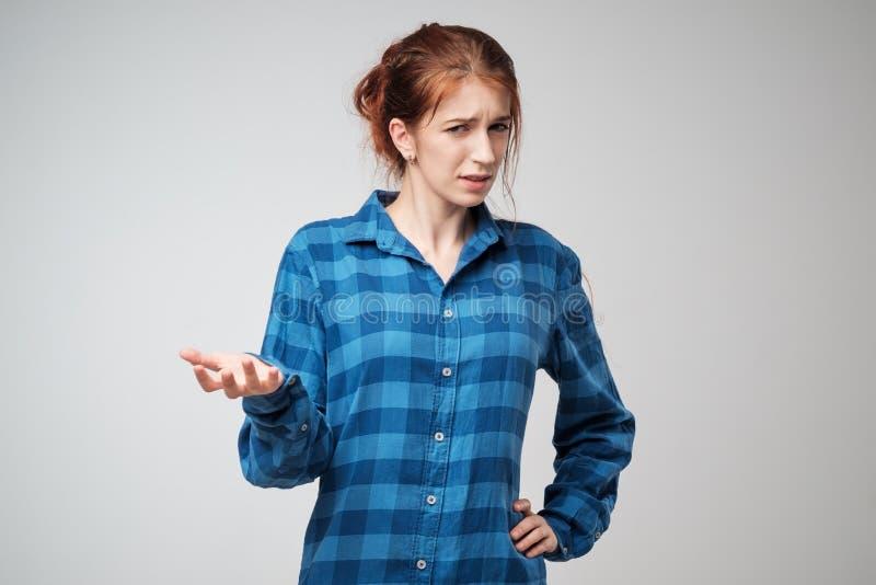 Ung ilsken kvinna för stående i blå t-skjorta Hon är olycklig, förargat vid något arkivbild