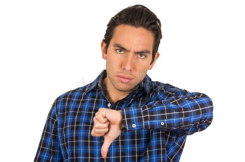 Ung ilsken man som bär blått posera för plädskjorta royaltyfria bilder