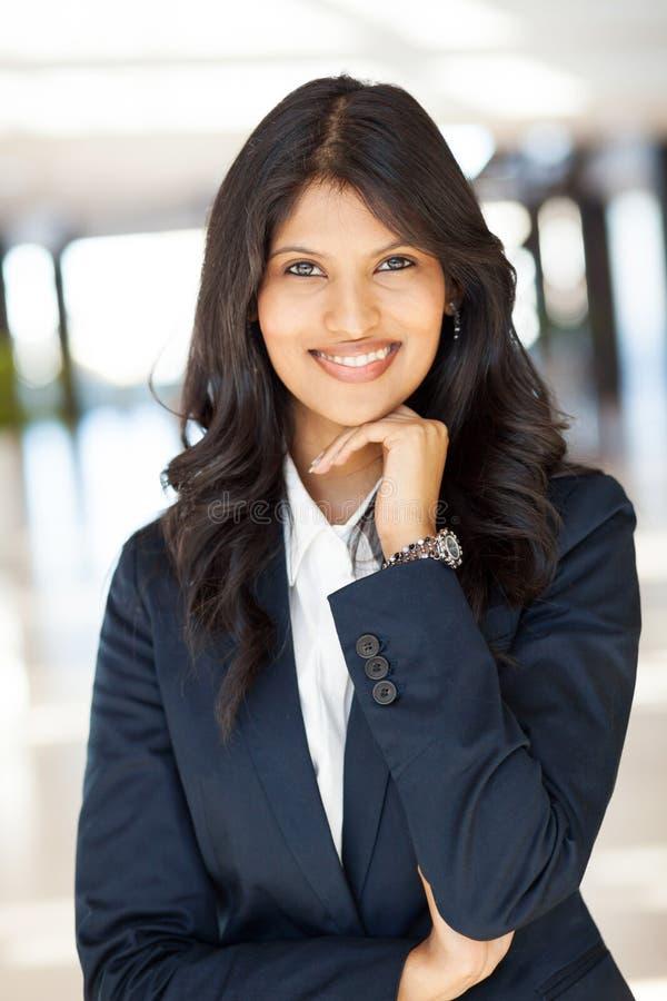 Ung indisk affärskvinna royaltyfri bild