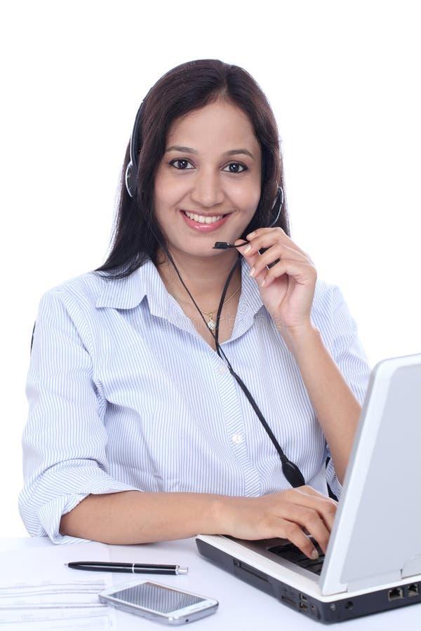 Ung indisk call centerkvinna med hörlurar med mikrofon arkivbild