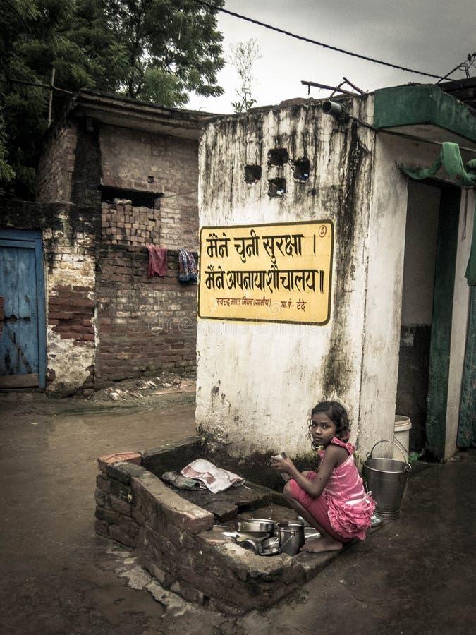 Ung indisk flicka i en fattig lantlig by i Indien arkivbild
