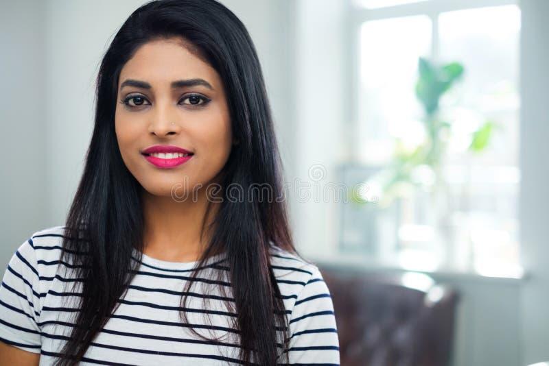 Ung indisk kvinnaframsidan?rbild royaltyfria bilder