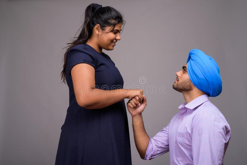 Ung indisk man som föreslår hans flickvän för att vara fru arkivfoton