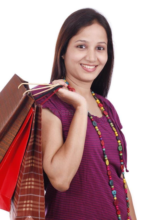 Ung indisk tonåring med shoppingpåsar arkivbilder