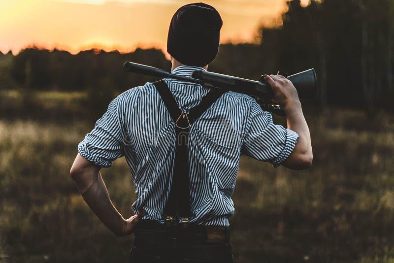 Ung jägare med en gu arkivfoton
