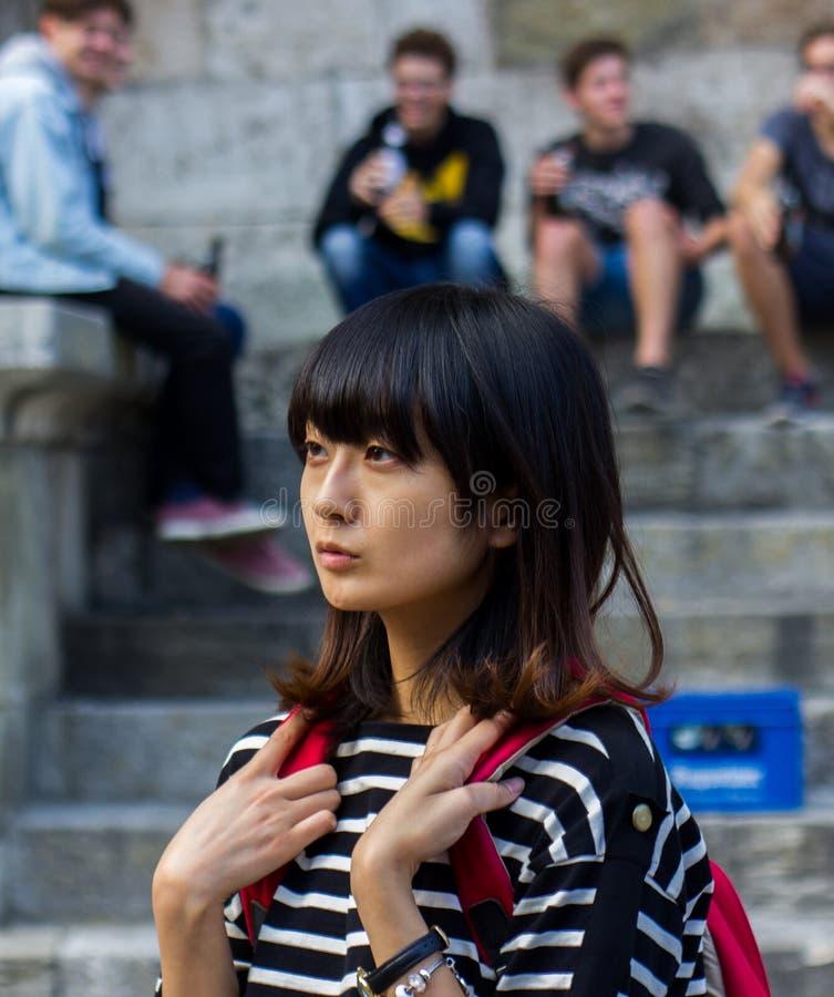 Ung japansk studentflicka Europa Tyskland, Regensburg royaltyfri bild