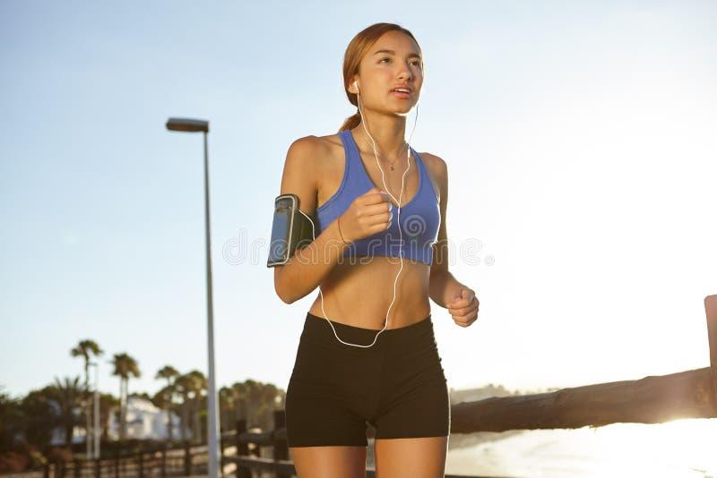 Ung jogger som bor en sund livsstil royaltyfri foto