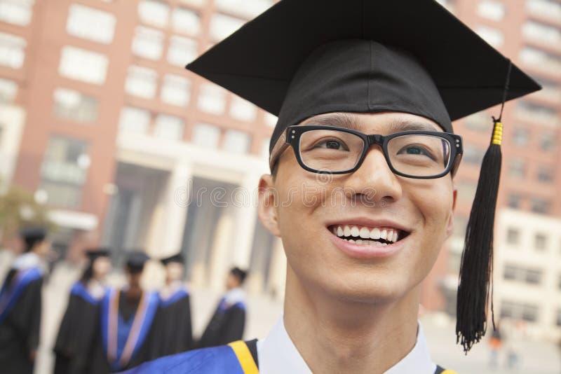 Ung kandidat med exponeringsglas som ler, stående royaltyfria bilder