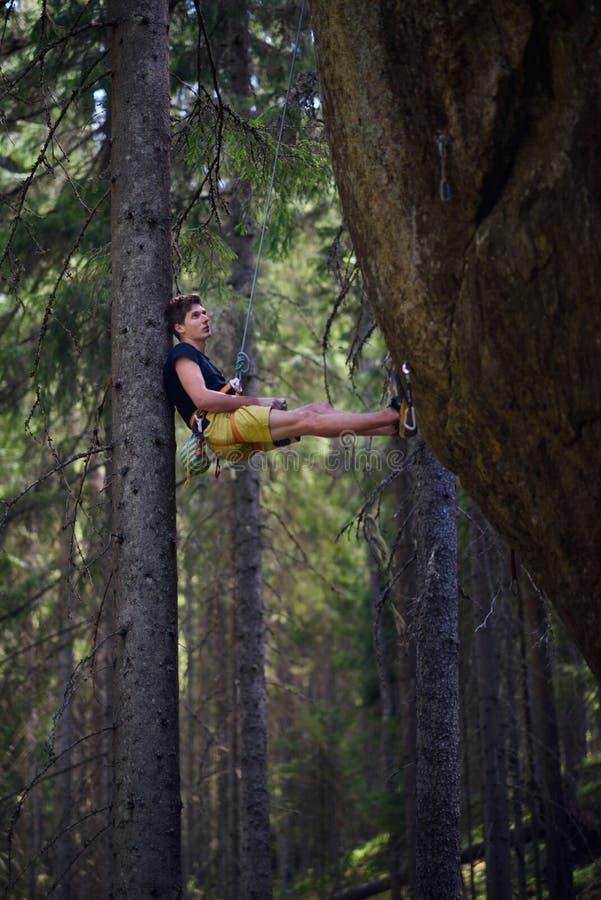 Ung klättrareman som klättrar en vagga Aktivt livsstilbegrepp royaltyfri bild