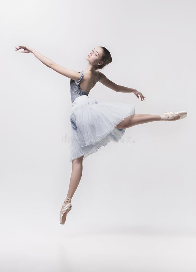 Ung klassisk dansare som isoleras på vit bakgrund arkivfoto
