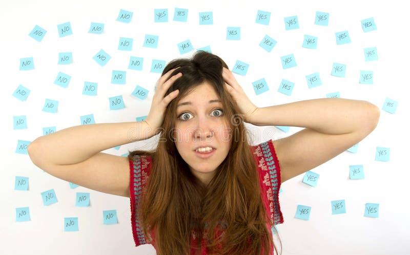 Ung klibbig kvinnablått noterar ja inget och räcker på henne som är head royaltyfria foton