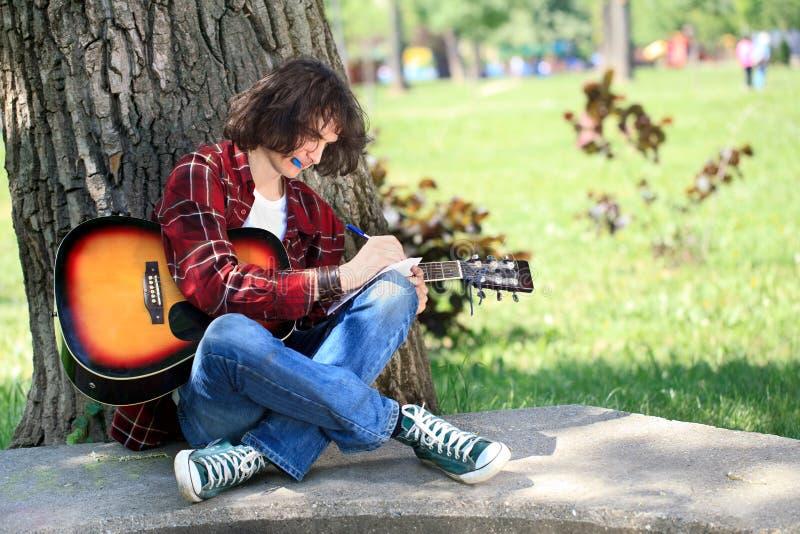 Ung kompositör i park royaltyfria bilder