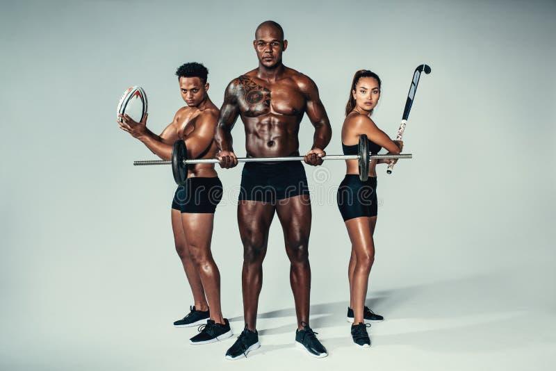 Ung konditiongrupp med sportutrustningar royaltyfria foton