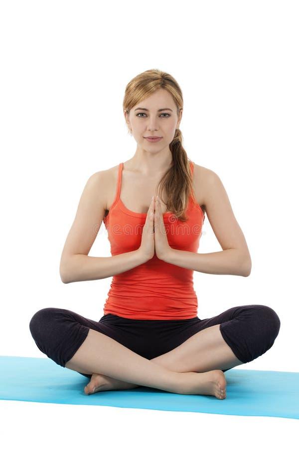 Ung konditionkvinna som övar yoga royaltyfri foto