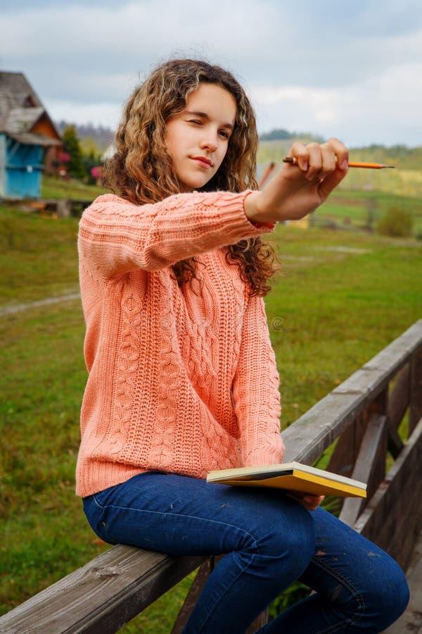 Ung konstnär på berget royaltyfri bild
